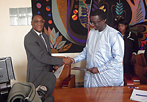 Mamadou L. Ndongo Représentant Résidant régional Banque Africaine de Développement (BAD) et Amadou Bâ, Ministre de l'Economie, des Finances et du Plan, signant l'accord